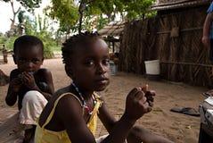 Портреты еды 2 детей стоковая фотография rf
