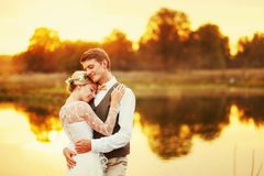 Портреты заново пожененной пары Пара свадьбы стоит на предпосылке заказа Стоковые Изображения