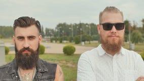 Портреты 3 зверских бородатых молодых человеков на улице сток-видео
