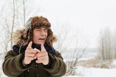 Портреты зимы парня в природе стоковое изображение