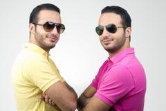 Портреты идентичных близнцов снятые против белой предпосылки Стоковые Фото