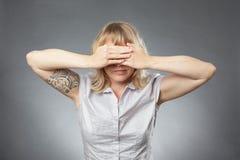Портреты молодой женщины, покрывая ее глаза стоковое фото rf