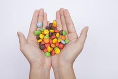 Портрет давать шоколад конфеты, изолирует белую предпосылку Стоковое Фото