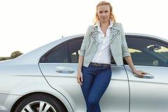 Портрет автомобиля красивой молодой женщины готовя на сельской местности Стоковые Фото