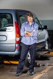 Портрет автомобиля механика готовя на гараже Стоковое Фото