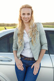 Портрет автомобиля привлекательной молодой женщины готовя на сельской местности Стоковая Фотография RF