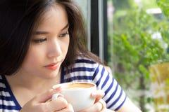 Портрет азиатских женщины и чашки кофе держать Стоковые Фото