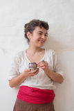 Портрет азиатских женщин в этнических одеждах с чашкой Стоковое фото RF