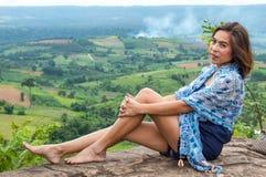 Портрет азиатских женщин и взгляды гор стоковое изображение rf