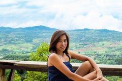 Портрет азиатских женщин и взгляды гор стоковые изображения