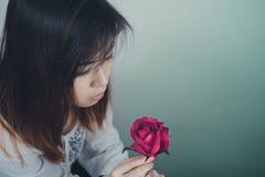 Портрет азиатских женщин и пинка Розы стоковые фотографии rf