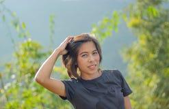 Портрет азиатских женщин Предпосылка зеленых деревьев стоковая фотография