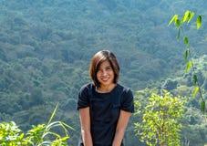 Портрет азиатских женщин Предпосылка зеленых деревьев стоковая фотография rf