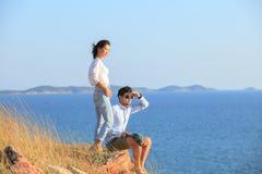 Портрет азиатских каникул молодого человека и женщины расслабляющих на море Стоковое фото RF