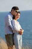 Портрет азиатских каникул молодого человека и женщины расслабляющих на море Стоковая Фотография