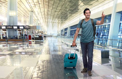 Портрет азиатского путешественника с багажом указывая что-то Стоковые Изображения RF