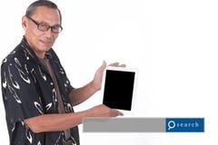 Портрет азиатского старшего человека используя умный прибор с engi поиска стоковое изображение