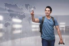 Портрет азиатского туриста при чемодан идя к путешествовать Стоковое Фото