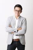 Портрет азиатского человека в изолированной предпосылке с знаком жеста Стоковое Фото