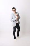 Портрет азиатского человека в изолированной предпосылке с знаком жеста Стоковая Фотография
