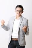 Портрет азиатского человека в изолированной предпосылке с знаком жеста Стоковая Фотография RF