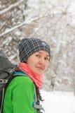 Портрет азиатского backpacker девушки в лесе зимы Стоковое Изображение
