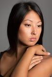Портрет азиатской девушки на сером цвете Стоковые Изображения RF