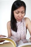 Портрет азиатской девушки читая книгу Стоковое фото RF