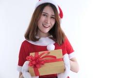 Портрет азиатской женщины в платье Санта Клауса на белой предпосылке Стоковые Фотографии RF