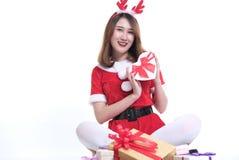 Портрет азиатской женщины в платье Санта Клауса на белой предпосылке Стоковое Фото