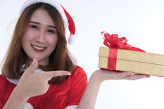 Портрет азиатской женщины в платье Санта Клауса на белой предпосылке Стоковое фото RF