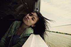Портрет азиатской женщины нутряное быстро проходя перемещение поезда Стоковая Фотография RF