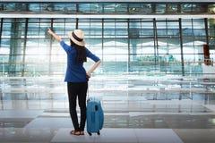 Портрет азиатской женщины путешествуя с чемоданом Стоковая Фотография RF