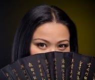 Портрет азиатской женщины с вентилятором руки Стоковое фото RF