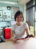 Портрет азиатской женщины с цифровой таблеткой в домашнем офисе Стоковая Фотография RF