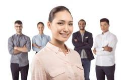 Портрет азиатской коммерсантки стоя перед ее коллегами Стоковая Фотография