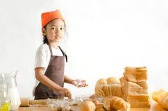 Портрет азиатской маленькой девочки держа тесто в руке с sp экземпляра Стоковое Фото