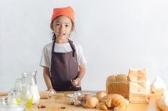 Портрет азиатской маленькой девочки держа тесто в руке с sp экземпляра Стоковая Фотография RF