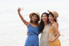Портрет азиатской молодой красивой женщины нося длинную стойку платья Стоковое Изображение RF