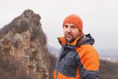 Портрет альпиниста утеса постарел и с бородой против фона острой горы в северном Кавказе Стоковое Фото