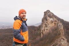 Портрет альпиниста утеса постарел и с бородой против фона острой горы в северном Кавказе Стоковое фото RF