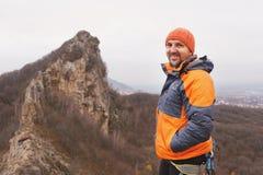 Портрет альпиниста утеса постарел и с бородой против фона острой горы в северном Кавказе Стоковые Изображения