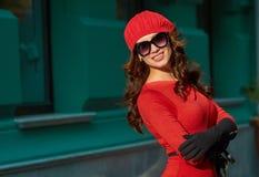 Портрет дамы В Красн Одевать моды Стоковые Изображения