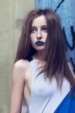 Портрет дамы моды с голубыми губами и длинными волосами Стоковые Фото