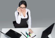 Портрет дамы офиса на ее рабочем месте Стоковая Фотография RF