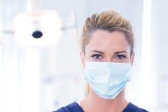 Портрет дантиста в маске смотря камеру Стоковое Изображение RF