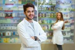 Портрет аптекаря в фармации Стоковые Изображения