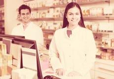 Портрет аптекаря и ассистентской работы Стоковое Фото