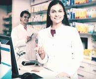 Портрет аптекаря и ассистентской работы Стоковая Фотография RF