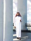 Портрет аравийского человека идя среди столбцов стоковое фото